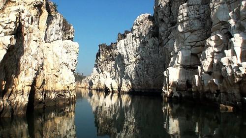 जबलपुर के पास संगमरमर की चट्टानों के बीच बहती नर्मदा
