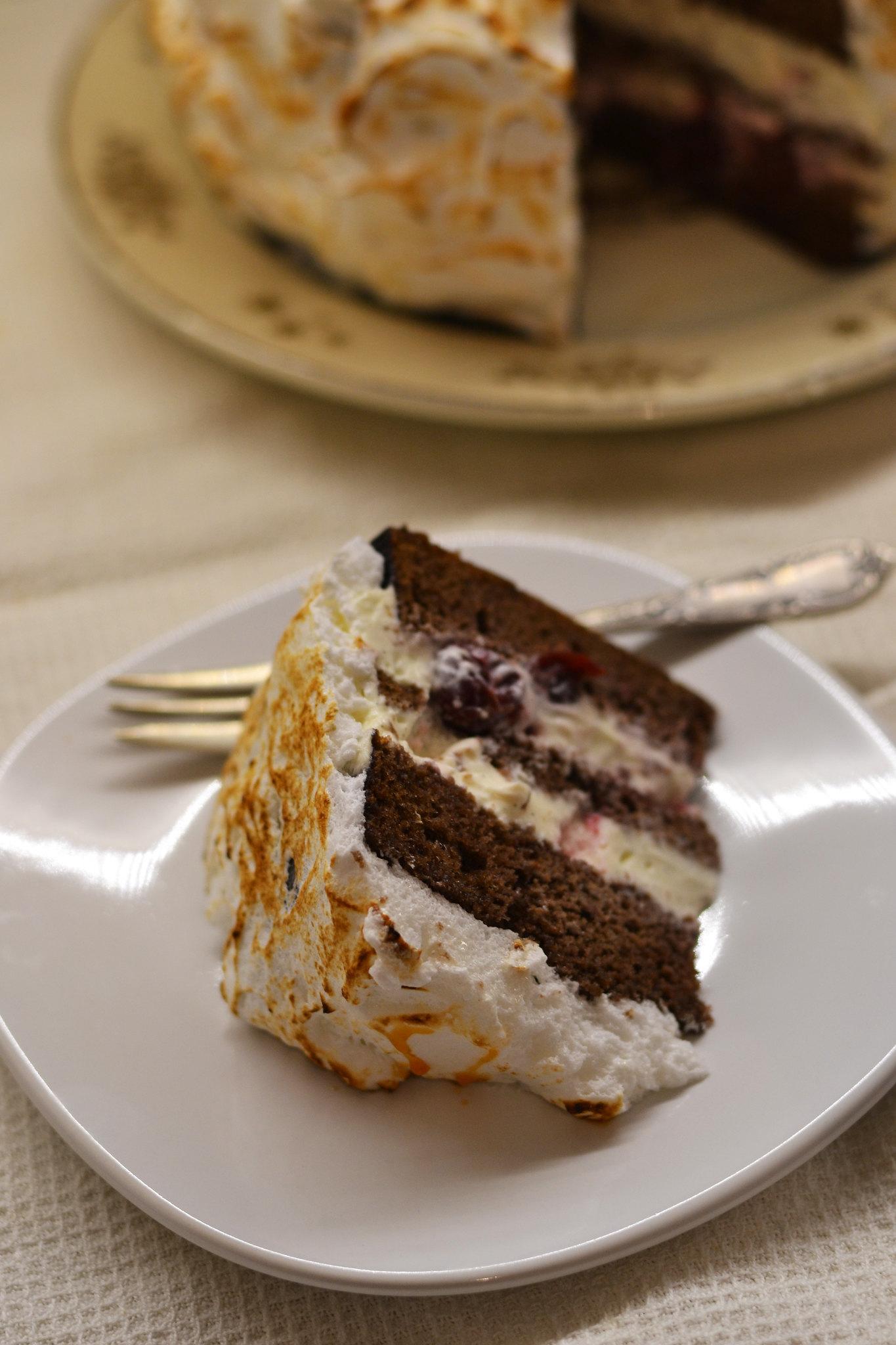 sectiune tort cu bezea caramelizata