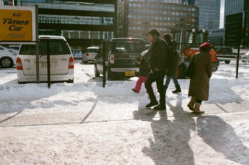 札幌 北海道 Sapporo, Japan / AGFA VISTAPlus / Nikon FM2 2016/01/31 從札幌車站南口出來後,往大通公園的方向走,那時候走在地面上,真的感覺到好冷,走了一段後有點受不了,看到有地下街的入口我就走下去底下取暖。  一路上走走拍拍,看看這裡的人怎樣在雪地上走路。  路邊的販賣機上頭都堆滿了雪,好特別!  Nikon FM2 Nikon AI AF Nikkor 35mm F/2D AGFA VISTAPlus ISO400 8264-0017 Photo by Toomore
