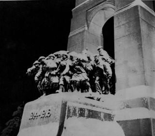 National War Memorial during winter storm, Ottawa, Ontario / Le Monument commémoratif de guerre du Canada pendant une tempête de neige, à Ottawa (Ontario)