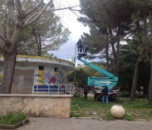 I tecnici a lavoro per installare le telecamere in Villa Comunale