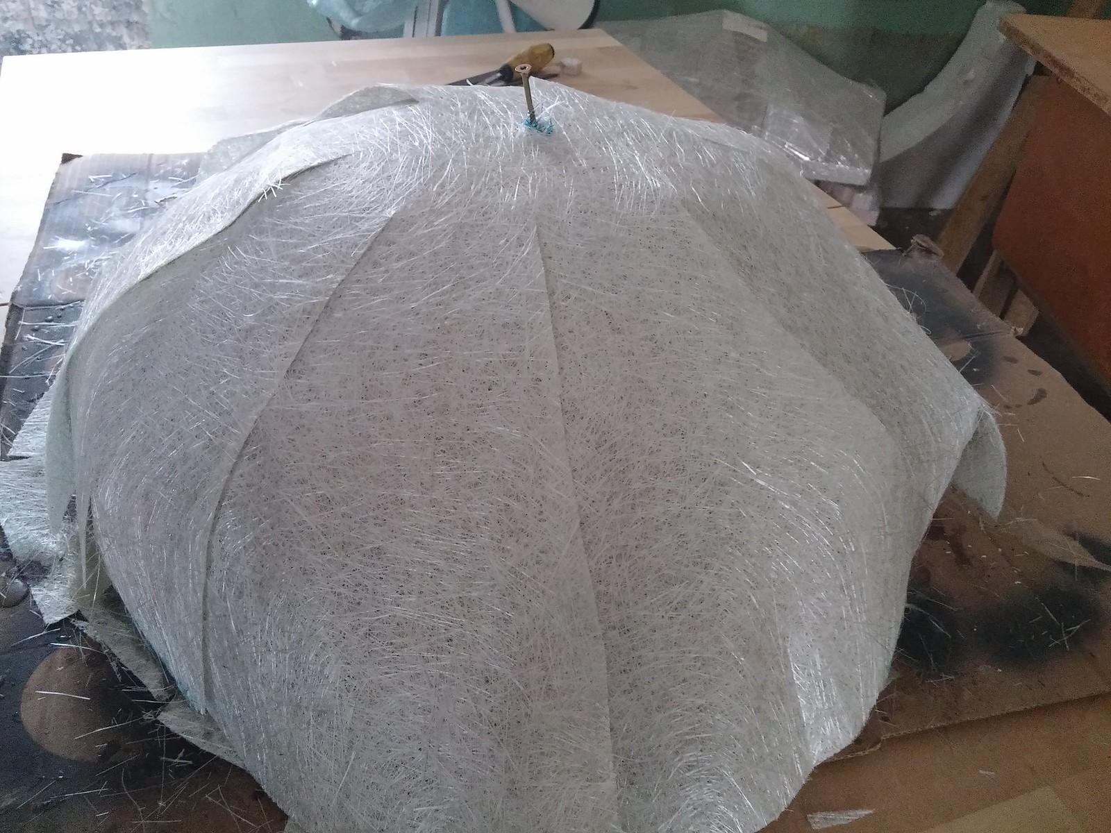 Konvensinis menas: stiklo pluoštas klijuojamas į kažkokį kupolą, katras galimai taps kokiu nors šviestuvu ar dar kažkuo.