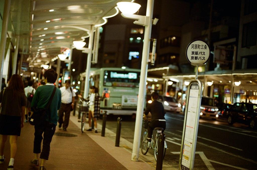 寺町通 京都 Kyoto 2015/09/26 在寺町通隨意逛了一下,那時候準備搭車回到住的地方,有點忘記有沒有又跑去 Book Off 找書,畢竟也過了有點久了,現在。  走到一半路上開始下起小雨,那時候去京都的前幾天都是這樣偶然下起小雨。  走著走著,自己也和雨一起落下,眼淚。  Nikon FM2 Nikon AI Nikkor 50mm f/1.4S Kodak ColorPlus ISO200 0985-0010 Photo by Toomore