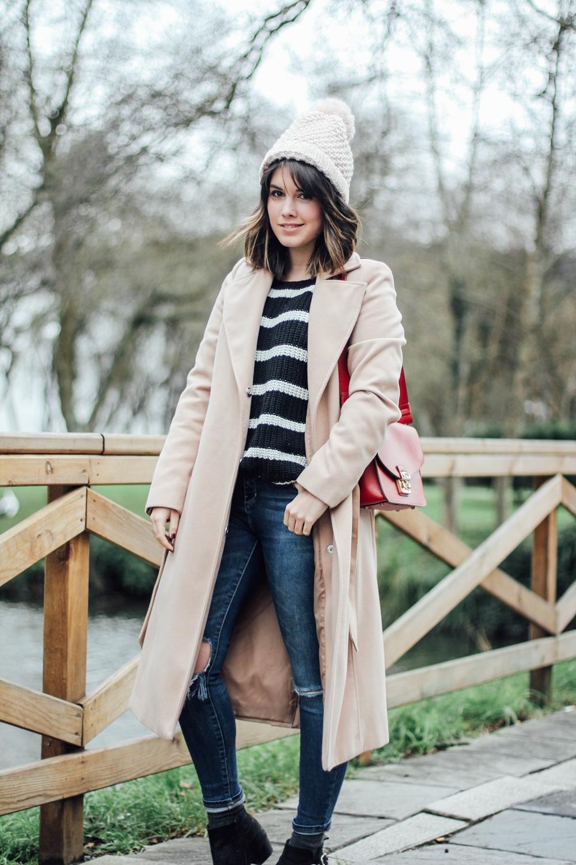 look con abrigo beige y jersey de rayas coleccion basicos c&a