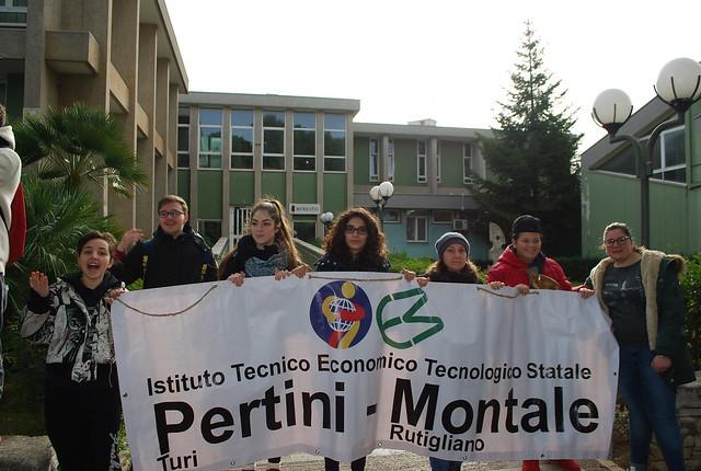Gli studenti davanti al Comune