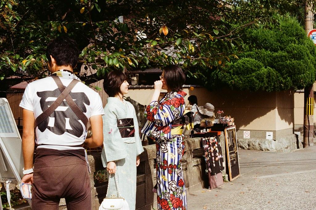 銀閣寺前 Kyoto / Kodak ColorPlus / Nikon FM2 2015/09/27 銀閣寺前,走到這裡的時候我肚子餓了,我又去吃 2015 年來銀閣寺時吃的食堂,想看看過了半年後有沒有什麼不一樣的地方。  那時候邊吃邊想這半年來發生的事情,想著下一個半年會是多久,雖然時間過的很快,但是在那個時候的每一天都過的很漫長,一直很想快點快轉到未來。  現在還在分享不合時宜的照片說來有點慚愧!  Nikon FM2 Nikon AI Nikkor 50mm f/1.4S Kodak ColorPlus ISO200 0986-0019 Photo by Toomore