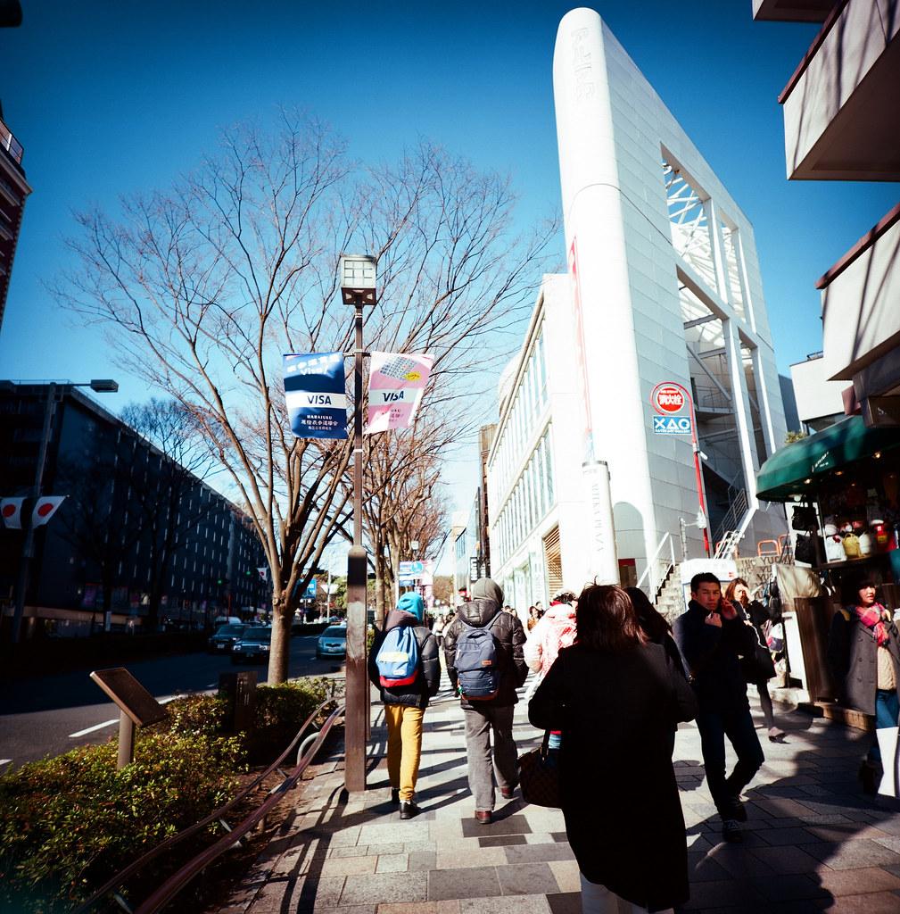 表參道 明治神宮 Tokyo, Japan / Kodak Pro Ektar 100 / Lomo LCA 120 2016/02/07 在除夕那天我離開千葉,進入東京一趟。  接著來到了表參道、明治神宮,之前來的時候有買一個必勝的御守,工作之後還滿順利的,這次回來感謝一下!  想不到要買什麼給妳,所以就幫妳帶一個御守。  Lomo LC-A 120 Kodak Pro Ektar 100 120 8282-0004 Photo by Toomore