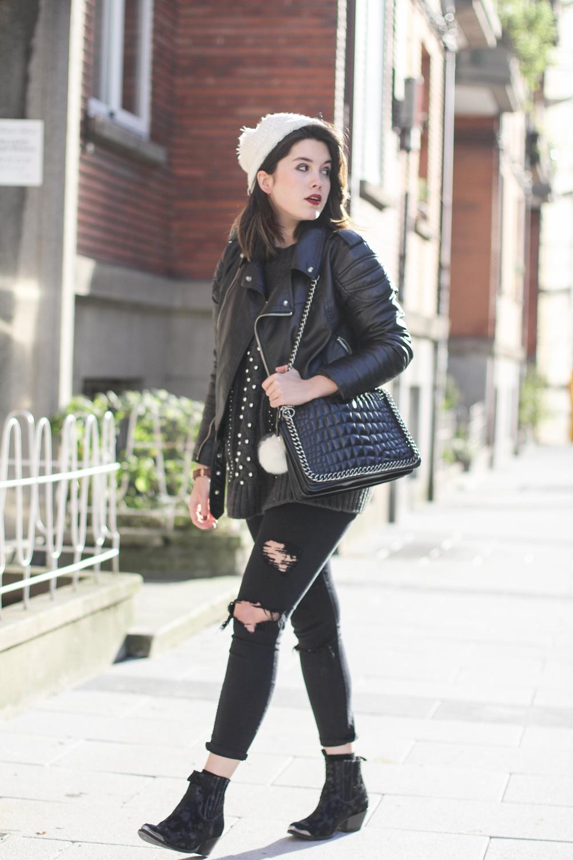 look con pantalones rotos negros y gorro de pompon myblueberrynightsblog