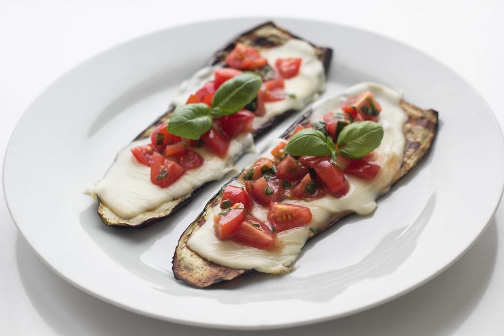 Grillet aubergine med smeltet ost og tomatsalsa (19)