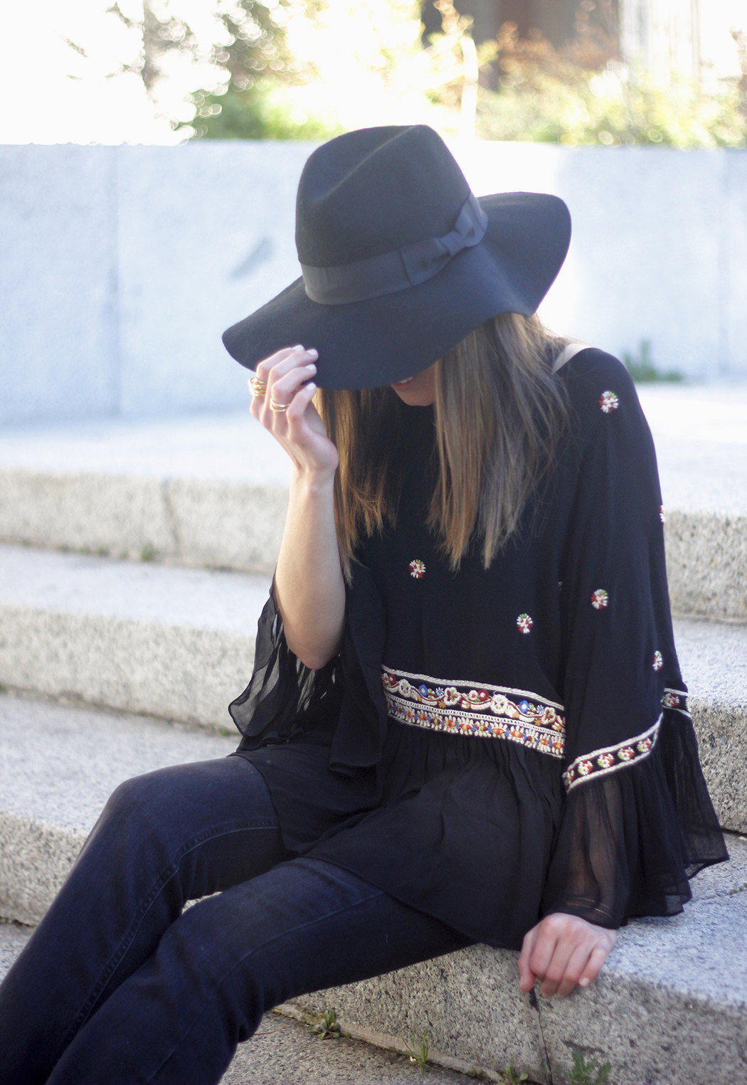 flared jeans boho blouse hat accessories outfit fashion03