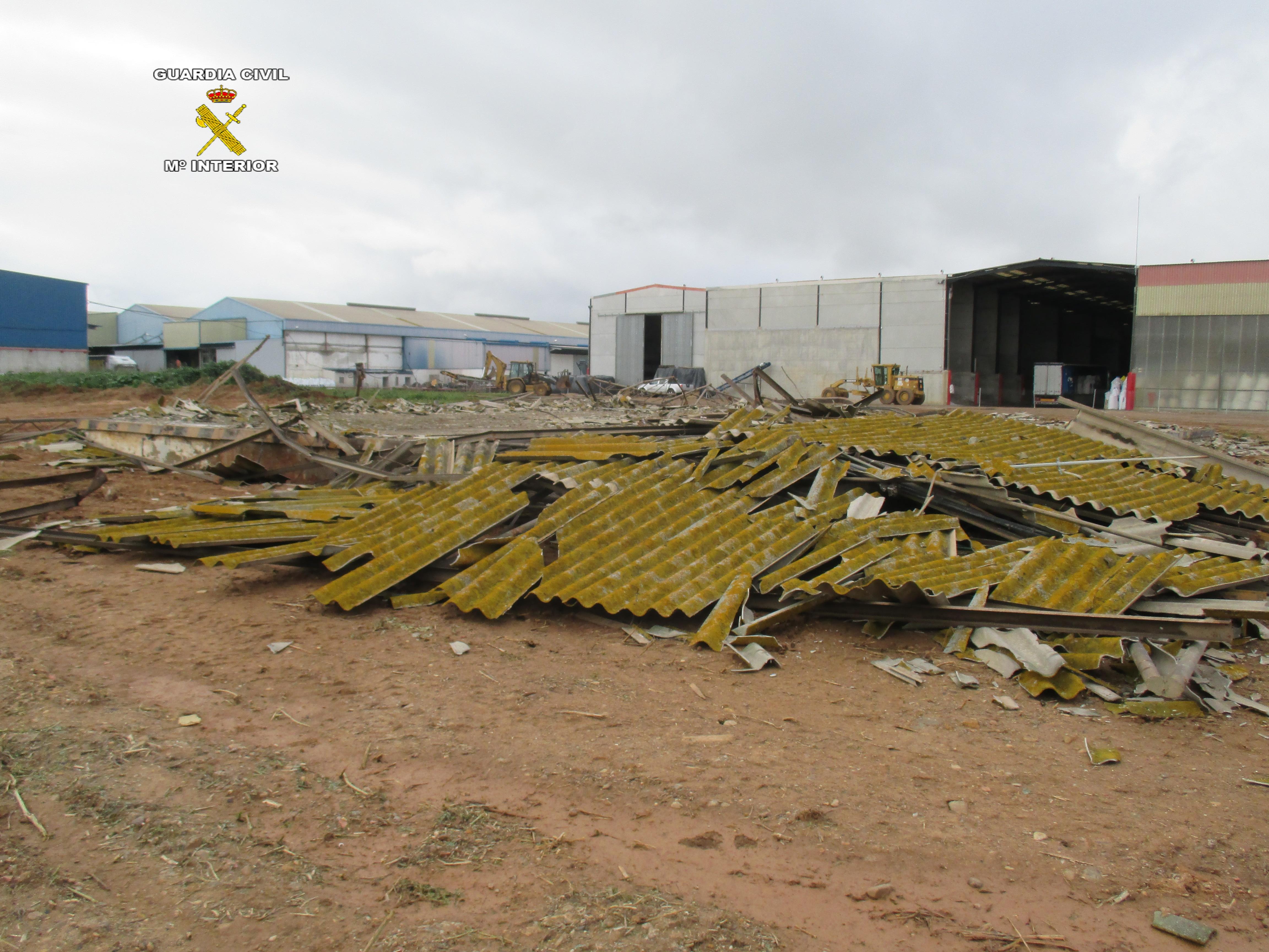 La Guardia Civil paraliza la demolición ilegal de una nave de fibrocemento en La Isla