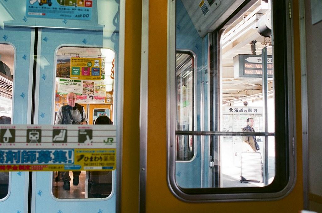 札幌 北海道 Sapporo, Japan / AGFA VISTAPlus / Nikon FM2 2016/01/31 從新千歲機場到札幌的火車上,我沿路都看著窗外的雪景,看著看著忘記拍照。  火車停靠某一站的時候我就拿起相機拍一下。  雖然我不知道這是哪裡。  Nikon FM2 Nikon AI AF Nikkor 35mm F/2D AGFA VISTAPlus ISO400 8264-0014 Photo by Toomore