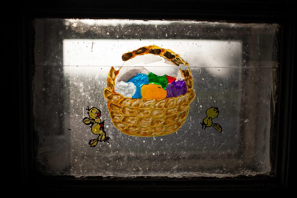 Húsvéti motívum a család volt házának ablakán | Fotó: Magócsi Márton