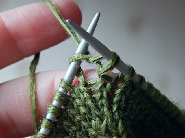 красивая фотография зелёного вязания, пряжа - семёновская Лидия в 6 сложений, спицы pony | Хорошо.Громко.