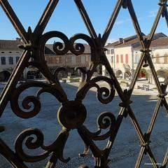 fin d'après-midi printanière sur la place de La Bastide d'Armagnac (40)