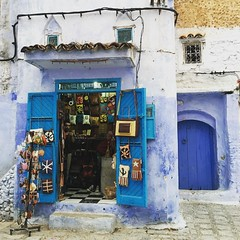 Anche i ricordini si comprano nei negozi blu, a Chefchaouen 💙.  #valigiaaduepiazze #valigiaaduepiazzeinmarocco #viaggiare #azulmedina #chefchaouen #morocco