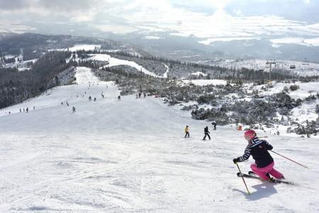 Sneh konečne zasypal nielen českej, ale aj slovenské veľhory. Niet divu, že ako Tatranská Lomnica, tak Štrbské pleso cez víkend praskali vo švíkoch, pretože zasnežené zjazdovky lákali nielen slovenské lyžiarov.