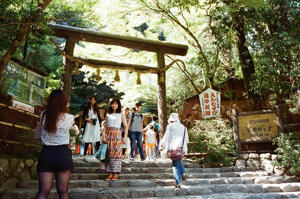 野宮神社 嵐山 Kyoto Japan / Kodak ColorPlus / Nikon FM2 2015/09/28 走出來之後才發現門口要拍一張紀念,我記得那時候在口袋裡找零錢,因為總是會祈求一樣的事情,在那時候的旅途中。  原來也就過了那麼久了!  Nikon FM2 Nikon AI AF Nikkor 35mm F/2D Kodak ColorPlus ISO200 0987-0036 Photo by Toomore