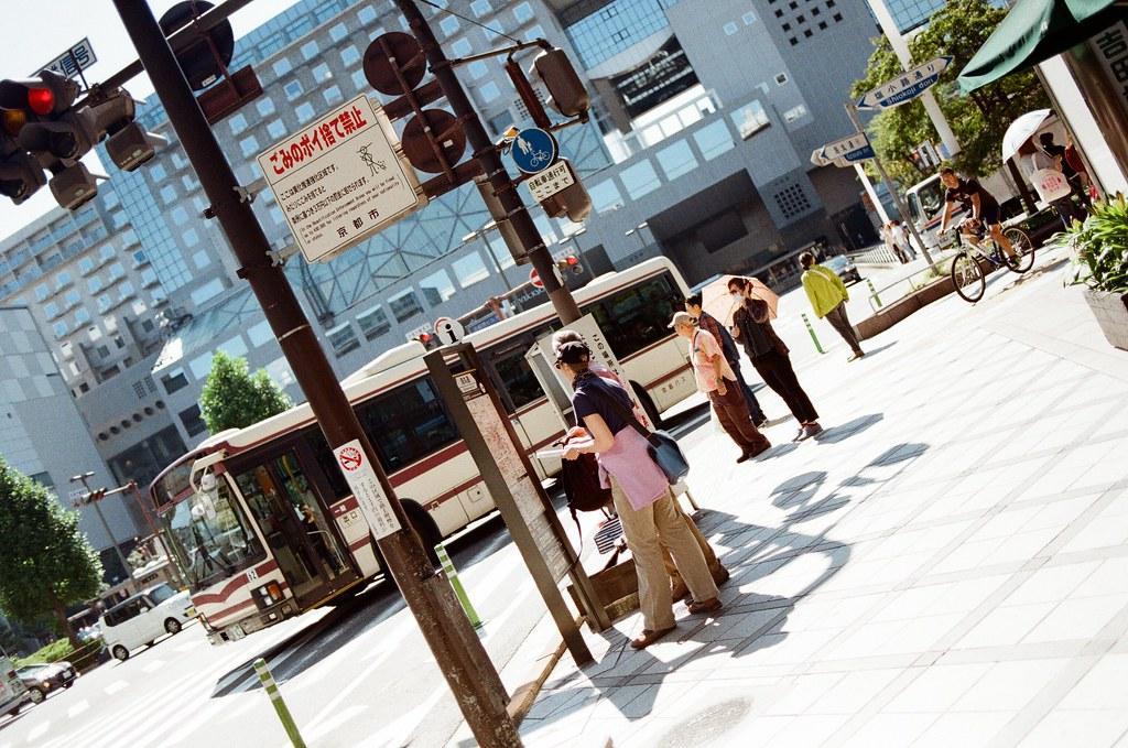 Kyoto, Japan / Kodak ColorPlus / Nikon FM2 2015/09/28 在京都駅對面有一間 Yodobashi,通常我都會到那裡轉些扭蛋。在京都很多天都會經過車站附近,有一天想進去看看有沒有在賣傳統的相機鏡頭,畢竟裝在 Nikon FM2 上面的這顆 50mm 也陪我去了日本很多地方,突然想幫相機添購點設備,我也拍了好多底片的作品。  那時候想說應該現在都只賣數位相機的鏡頭,傳統的可能不會有,結果真的還是有一櫃專賣傳統的。那時候很認真看有沒有我喜歡的,還把想要買的鏡頭價格抄下來,回去住的地方比較一下在現場買的價差。老實說是真的便宜很多,在 9/28 早上 Yodobashi 一開門我就買下這顆。  Nikon AI AF Nikkor 35mm F/2D,還買了一個金屬的遮光罩(HN-3)  之後就趕著公車前往嵐山去拍竹林!  我很喜歡 35mm 焦段,很適合街拍,裝上去看到熟悉的畫面比例之後,構圖就變得很順手,在前往公車站的路上拍了很多張!  Nikon FM2 Nikon AI AF Nikkor 35mm F/2D Kodak ColorPlus ISO200 0987-0024 Photo by Toomore
