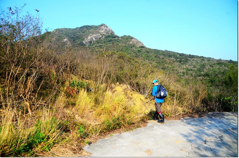 門馬羅、小尖石山O走登山口,後為門馬羅山
