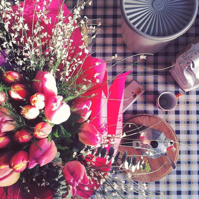 Breakfast in bloom 💐 #breakfastpic #breakfast #flowers #tulips #onetrenta #birthdaybreakfast