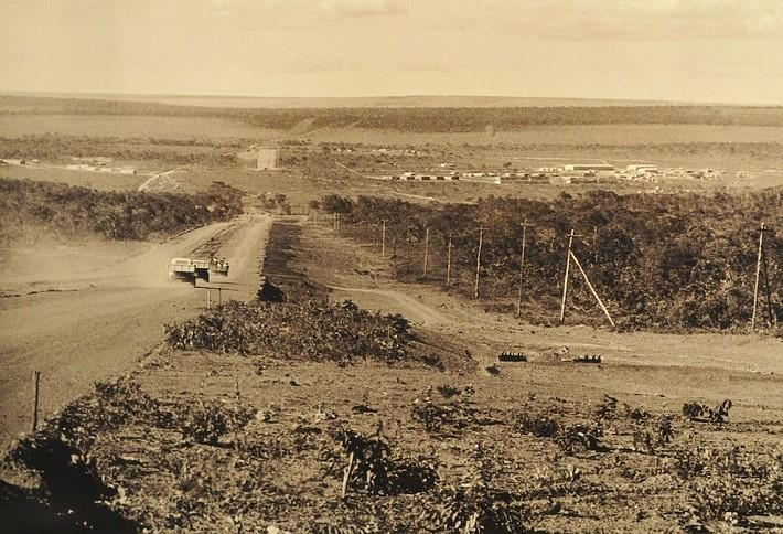 """Planalto Central: um """"mundão"""" de terras. Parecia impossível construir tamanha cidade planejada em tão pouco tempo. Fotografia: Arquivo Público do Distrito Federal, ArPDF."""