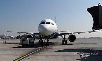 Sky A320 estacionado en puente SCL (RD)