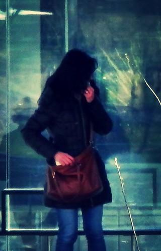 Chica en la parada del tranvía