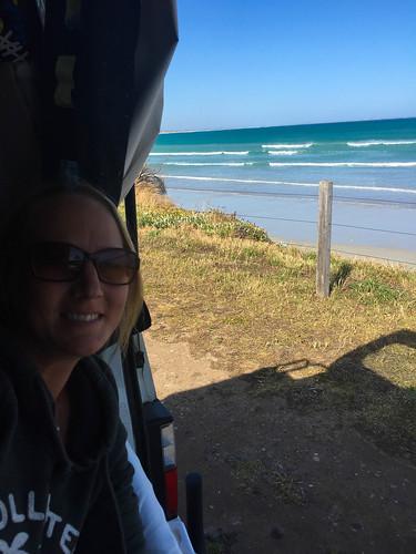 Kathy schaut sich die Wellen lieber aus der Ferne an
