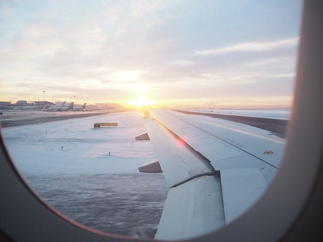 P1225889, helsinki-vantaa, airpot, finavia, lentokenttä, travel, travelling, matkustus, vaihtolento, koneenvaihto, ongelmat, problems, swiss, lentoyhtiö, aircraft, lentokone, sun, view, maisema, talvi, winter, connecting flight, flying, lentäminen, chancing flight, vaihtaa lentoa, stopover, välipysähdys, difficult, matkustaja, passenger, oikeudet, korvausvaatimus, matkustajan oikeudet, korvausvaatimukset,