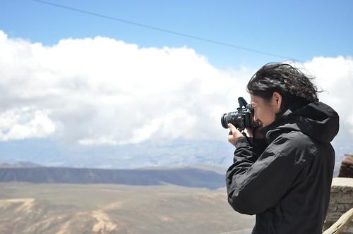 ボリビアの山で写真を撮影する男