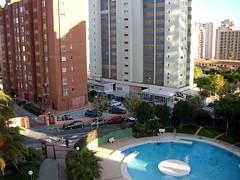 vistas despejadas al sur, muy soleado, urbanización provista de parking y piscina. exterior. Infórmese sin compromiso en su agencia inmobiliaria Asegil. www.inmobiliariabenidorm.com