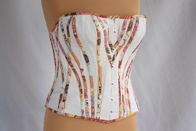 Prune, corset grande taille
