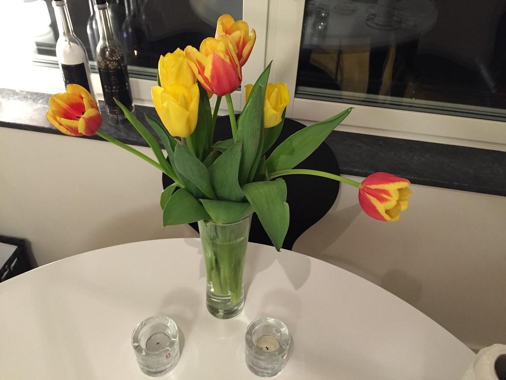 Tulipaner på köksbordet