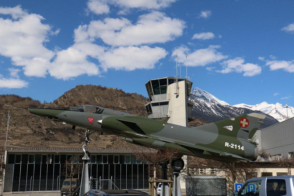 Aéroport - base aérienne de Sion (Suisse) 26013332165_d9d11fd136_b