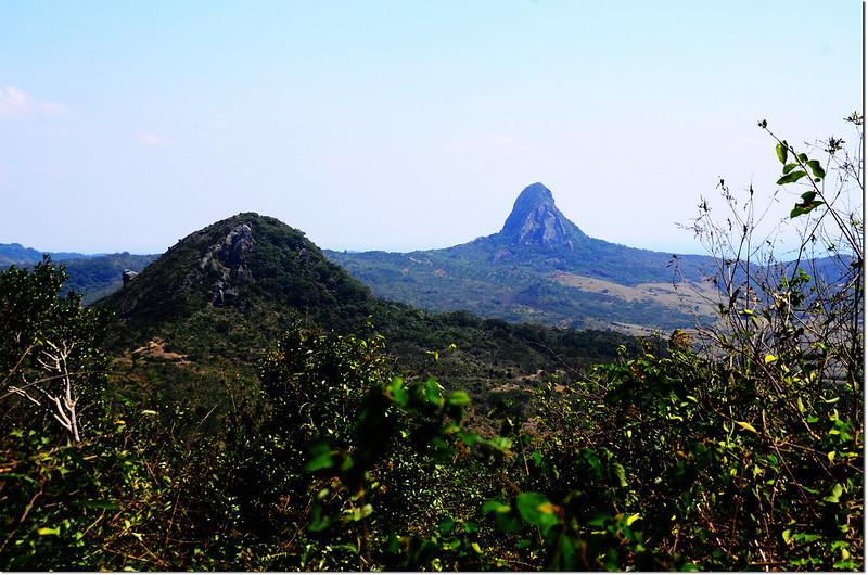 門馬羅山山腰東南俯瞰大、小尖石山