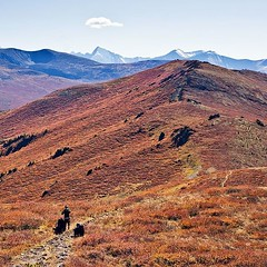 Ещё кадр из похода к Белухе. Вон она там, с шапкой из облачка. Интересный цвет у гор в сентябре, немного марсианский..
