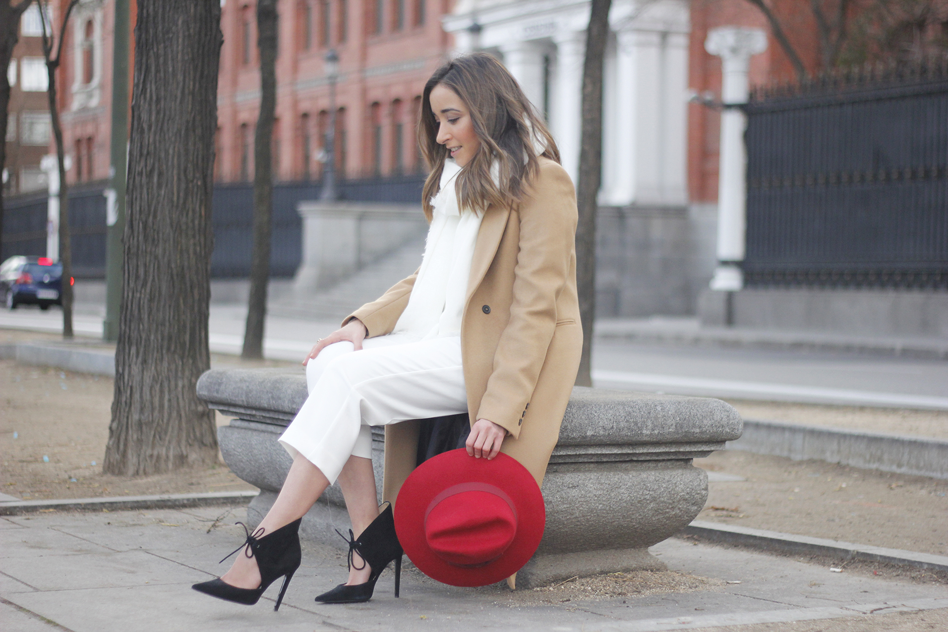 Camel Coat Red Hat Black Heels White pants streetstyle outfit09