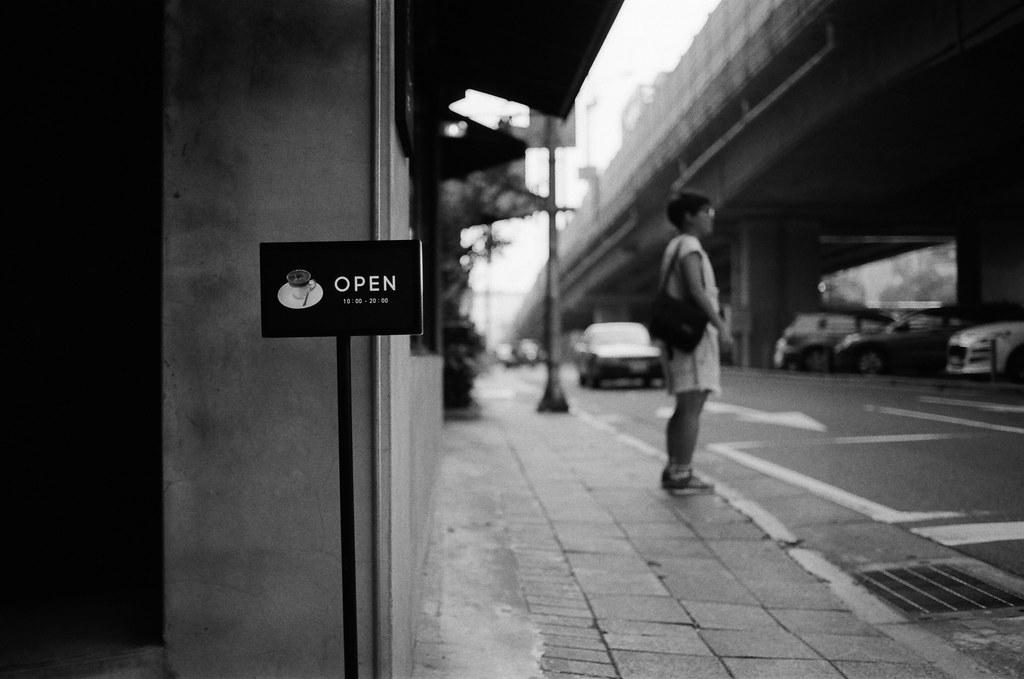 Paper Street Coffee / Kodak 400TX / Nikon FM2 這裡我之前也拍過,這裡我想要看看光圈全開的狀態下,景深的表現。  這間咖啡店都沒進去喝過,生意很好,好像也不是很容易進去。  Nikon FM2 Nikon AI AF Nikkor 35mm F/2D Kodak TRI-X 400 / 400TX 2940-0029 2015/11/07 Photo by Toomore