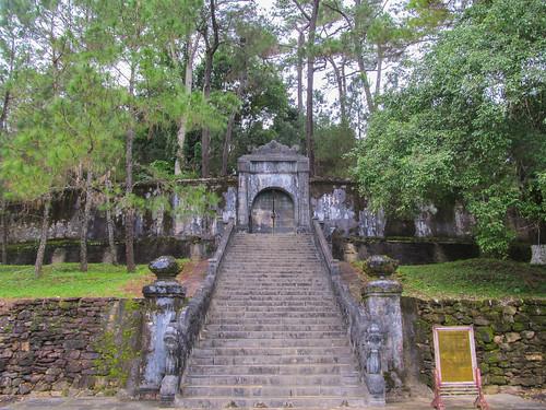 Le Tombeau de Minh Mang: le tombeau à proprement dit se trouve derrière cette porte et ce rempart mais il n'est pas ouvert au public