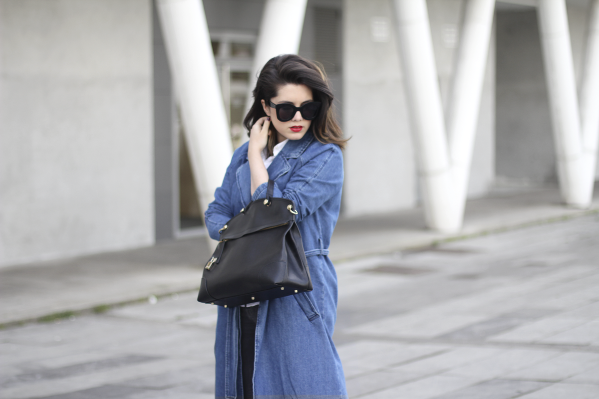 look with denim trench and piper furla streetstyle 2