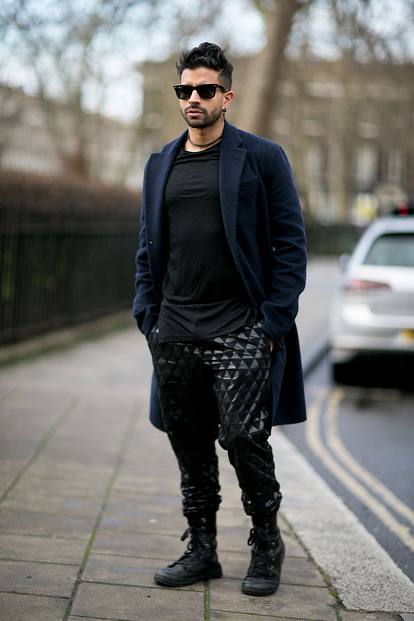 ネイビーチェスターコート×黒Tシャツ×幾何学柄黒パンツ×黒コンバットブーツ