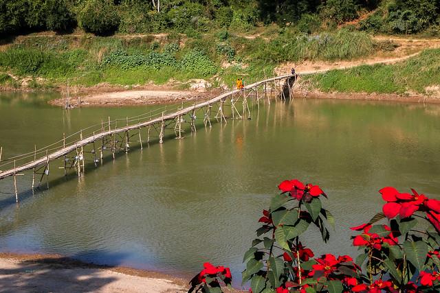 Bamboo bridge over the Nam Khan River, Luang Prabang, laos ルアンパバーン、ナムカーン川に乾季の間だけかかる竹の橋