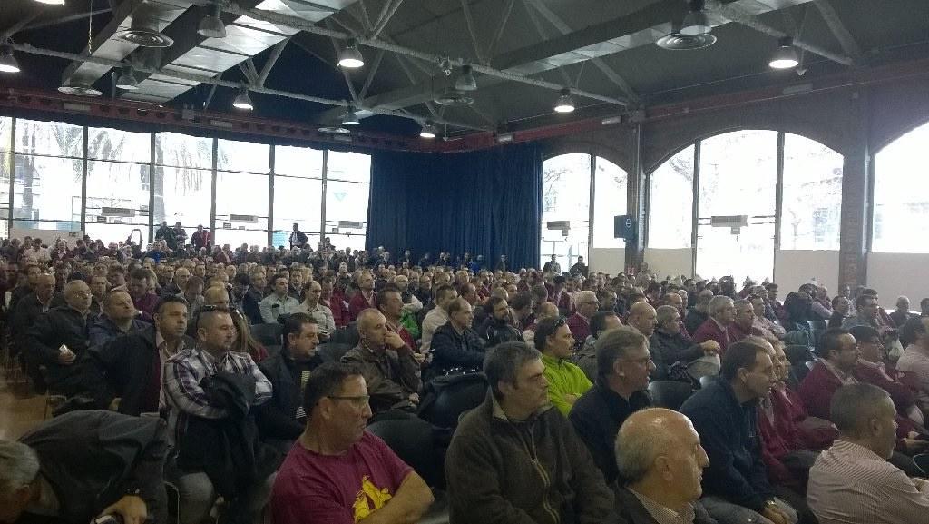 Èxit de la vaga d´autobusos de TMB , amb assemblea de 900 treballadors que aprova calendari de vaga parcial del 15 al 19 de febrer, obert a noves mobilitzacions