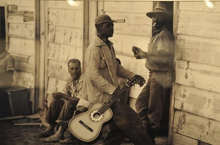Violão, cigarrinho, conversa fiada… candangos em seu momento de descontração. Fotografia: Arquivo Público do Distrito Federal, ArPDF.