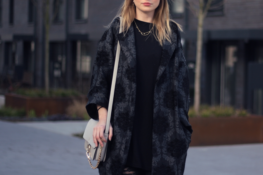 outfit bomber jacke zara muster grau schwarz tasche in trend blogger frankfurt schmuck and other stories