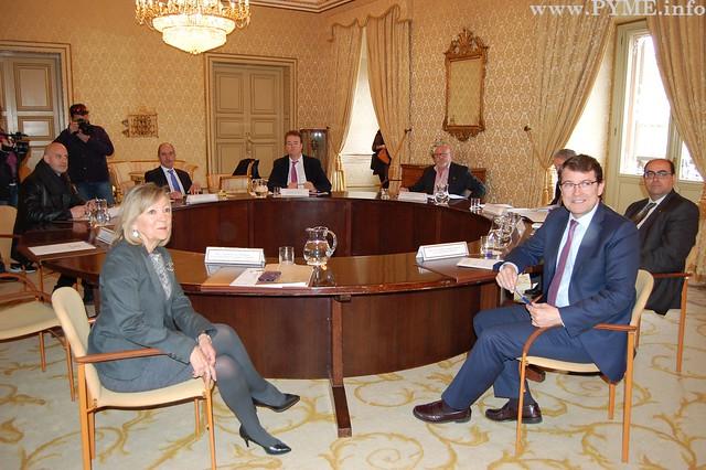 Foto de familia de la Mesa del Diálogo Social de Salamanca.