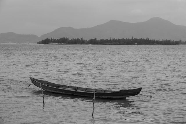 fishing boat in Lăng Cô bay