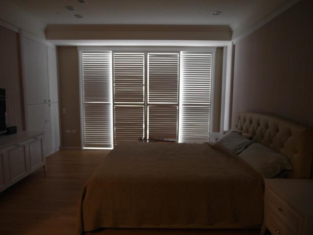 主臥關上百葉拉門後的樣子,僅有邊縫會微微滲入光線,可以讓晨光成為天然時鐘、又不必擔心亮得太過刺眼@百麗樂豪華百葉窗Sunland Shutters
