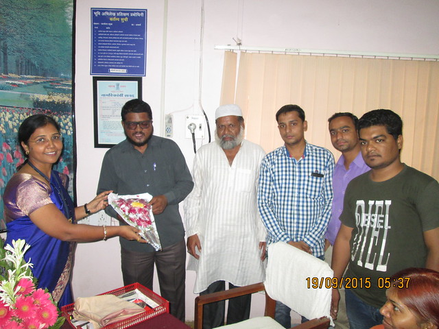 Waseem Siddiqui and members of Azad Yuva Brigade submitting a memorandum to the CEO of Wakf board of Maharashtra